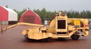 Towed, co-guiding sweeper and blower machine barredora de aeropuertos